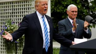 特朗普與副總統彭斯5月1日在華盛頓白宮肯尼迪花園面對獨立銀行家協會成員發表演講