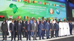 Photo de famille lors d'un Sommet de la Communauté économique des États de l'Afrique de l'Ouest (CEDEAO)