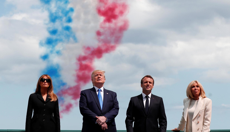 Президенты Франции и США с супругами на на церемонии в Кольвиль-сюр-Мер, завершившейся авиапарадом