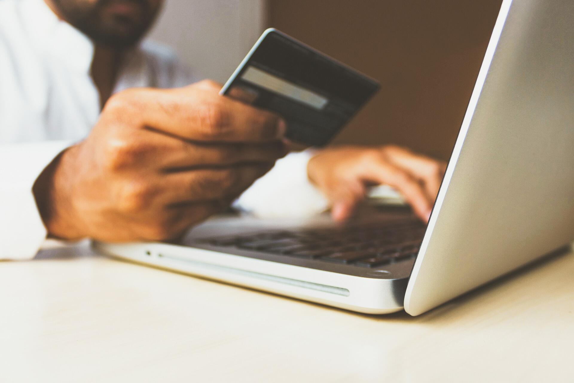 rastro deixado pelas as transações financeiras eletrônicas tornaram o sistema mais seguro, ao limitar o dinheiro sujo em circulação.