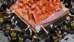 """6月4日当天香港大学学生洗刷校内""""国殇之柱""""资料图片"""