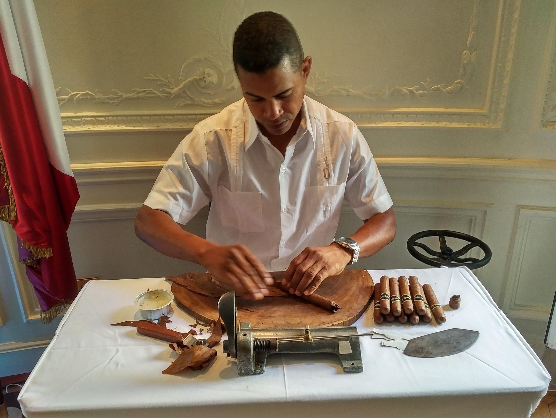 Héctor fabrica puros desde los 16 años.