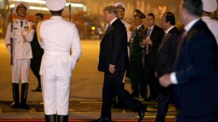 Donald Trump à son arrivée à l'aéroport international de Noï Bai au Vietnam pour le second sommet avec le président nord-coréen, Kim Jung-un.
