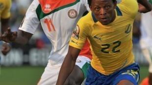 Le Gabonais Charly Moussono prend le meilleur sur le Nigérien Issoufou Alhassane.