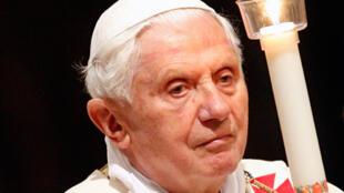 Le Pape Benoit  XVI tient une bougie pendant la veillée pascale dans la Basilique Saint Pierre au Vatican, le 3 avril 2010.