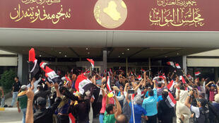 هواداران خشمگین مقتدی صدر در اعتراض به عدم تشکیل دولت تکنوکرات به منطقه سبز وارد شدند
