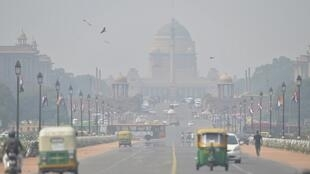 La pollution atmosphérique de New Delhi, l'une des plus dangereuses au monde pour la santé, résulte d'une conjonction de facteurs naturels (froid, vents faibles...) et humains (brûlis agricoles, émissions industrielles et automobiles).