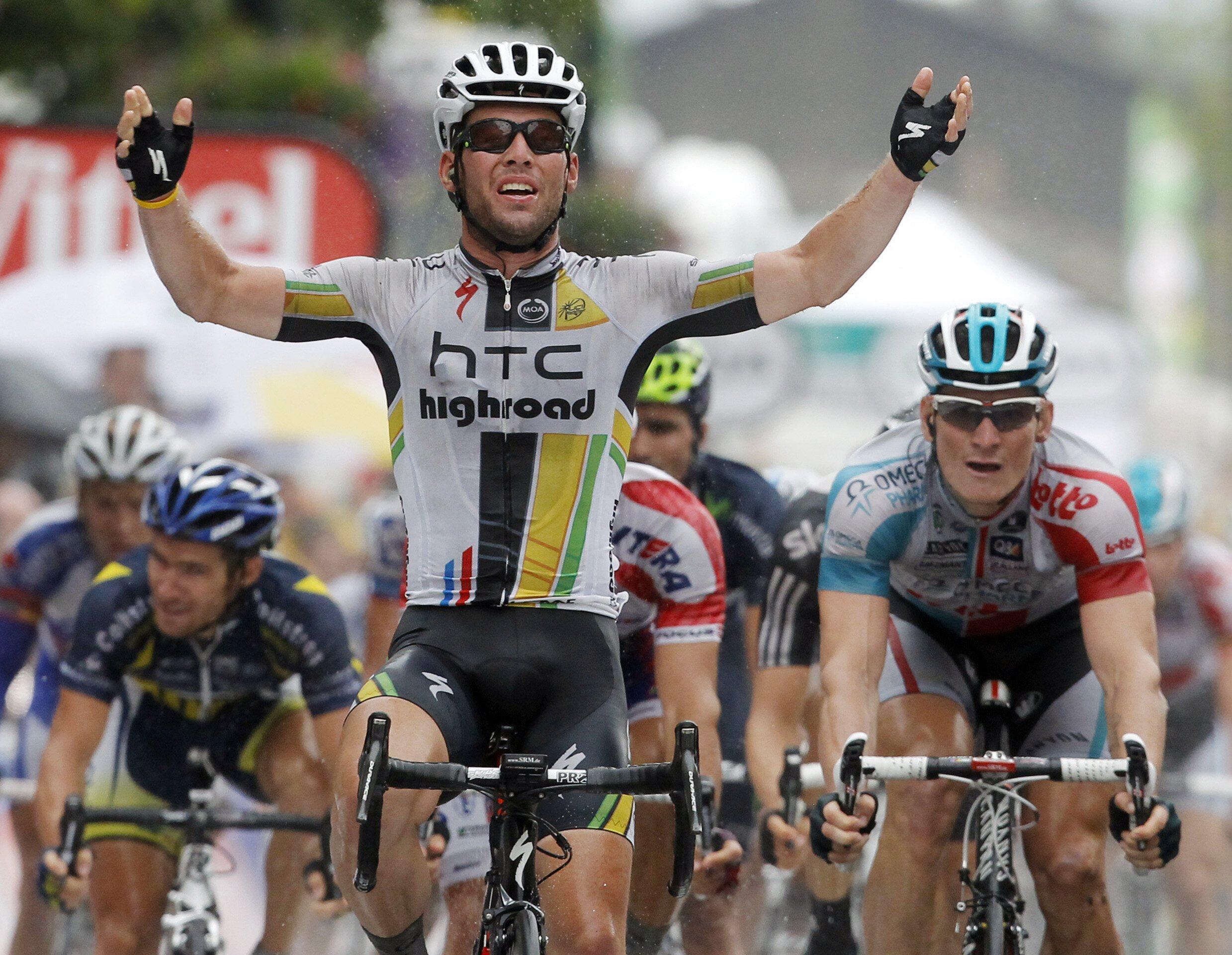"""Марк Кавендиш первым пересекает финишную линию 11 этапа """"Тур де Франс"""" в Блэ-ле-Мин 13 июля 2011 года"""