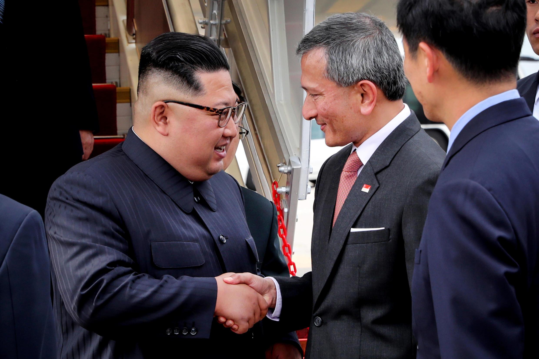У трапа самолета Ким Чен Ына встретил глава МИД Сингапура Вивиан Балакришнан, 10 июня 2018 г.