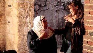 """""""Ici on noie les Algériens"""" est le 2è film documentaire de Yasmina Adi (à dr.), après """"L'autre 8 mai 1945""""."""