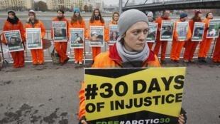 Thành viên Greenpeace biểu tình tại Matxcơva, 18/10/2013, đòi trả tự do cho các đồng nghiệp bị Nga giam giữ