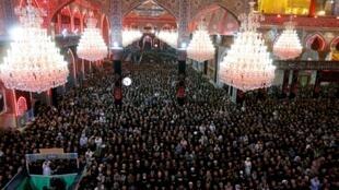 Les pèlerins musulmans chiites assistent aux prières, avant le rituel sacré chiite d'Arbaeen au sanctuaire de l'imam Hussein dans la ville sainte de Kerbala, le 17 octobre 2019 (image d'illustration).