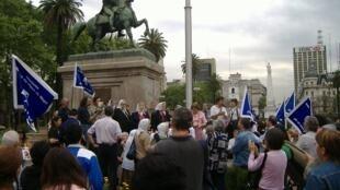 A a organização Mães e Avós da Praça de Maio (foto) convocou uma marcha para protestar contra a decisão da Suprema Corte de diminuir a pena de agentes da dutadura militar argentina.