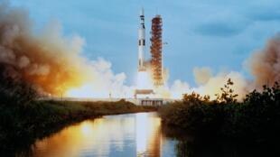 """រ៉ុកកែត """"Saturn V"""" ដែលណាសាប្រើ ដើម្បីបាញ់បង្ហោះយានអវកាស នៅក្នុងគម្រោងអាប៉ូឡូទៅកាន់ឋានព្រះចន្ទ"""