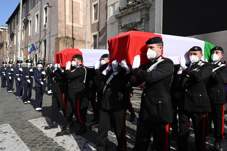 Agentes de los Carabineros portan a hombros los féretros del embajador Luca Attanasio y de su compañero Vittorio Iacovacci, cubiertos por la bandera italiana, durante el funeral oficiado el 25 de febrero de 2021 en Roma