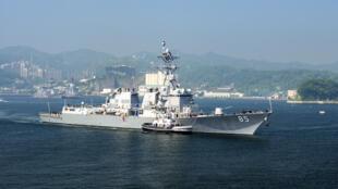 Khu trục hạm Mỹ USS McCampbell (DDG 85) rời cảng Yokosuka (Nhật Bản) và đi qua Vịnh Tokyo ngày 14/05/2018.