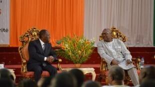 Les présidents ivoirien Alassane Ouattara (g) et burkinabè Roch Marc Christian Kaboré pendant le sommet du 6e traité d'amitié et de coopération entre les deux pays, à Ouagadougou, le 18 juillet 2017.
