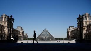La pyramide du musée du Louvre à Paris, le 25 juin 2020.