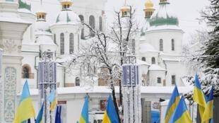 Cảnh người cầu nguyện trước thánh đường Sainte Sophie ở Kiev, nơi diễn ra cuộc cuôc họp chức sắc của các hệ phái Chính Thống Giáo tại Ukraina. Ảnh ngày 15/12/2018.