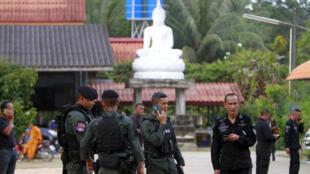 Des militaires thaïlandais sécurisent les abords du temple où deux moins ont été tués et deux autres blessés dans la province Narathiwat dans le sud de la Thaïlande, le vendredi 18 janvier 2019