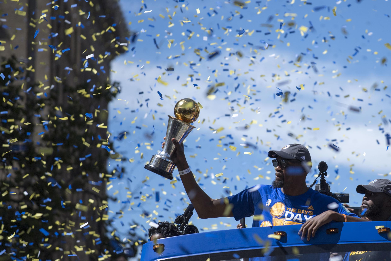 Kevin Durant, de los Golden State Warriors, durante la celebración de la victoria del equipo en Oakland, este 15 de junio de 2017.