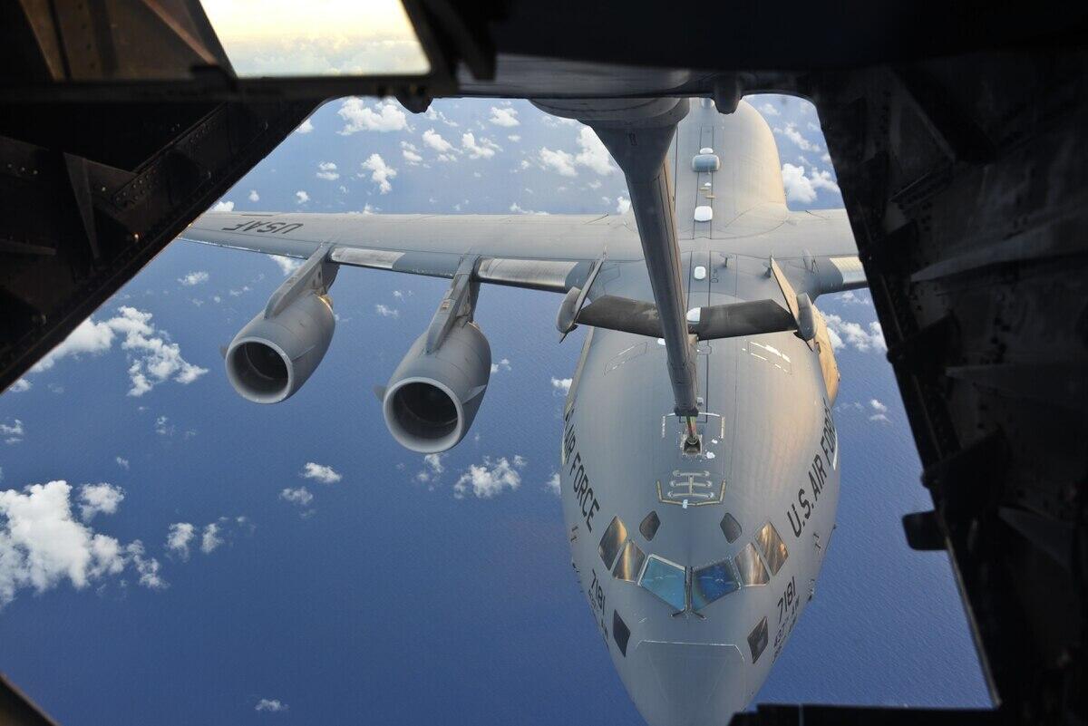 Một cảnh diễn tập tiếp liệu cho máy bay ném bom đường dài trong cuộc tập trận Úc-Mỹ Talisman Sabre 17, tháng 07/2017.