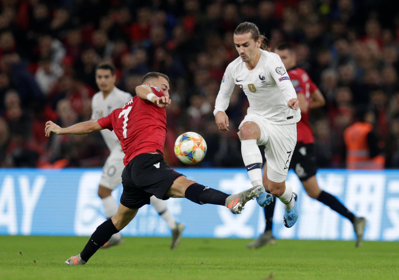 Cầu thủ Pháp Antoine Griezmann (áo trắng) bị đối thủ Albania Keidi Bare (áo đỏ) cản phá trong trận lượt về Albania-Pháp nhân vòng loại Bóng Đá Euro 2020, ngày 17/11/2019 tại Tirana (Albania).