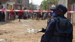 Luanda, le 8 juin 2020. Un policier angolais surveille une rue tandis que des manifestants protestent contre le manque de nourriture pendant la quarantaine imposée à Hoji-Ya-Luanda.