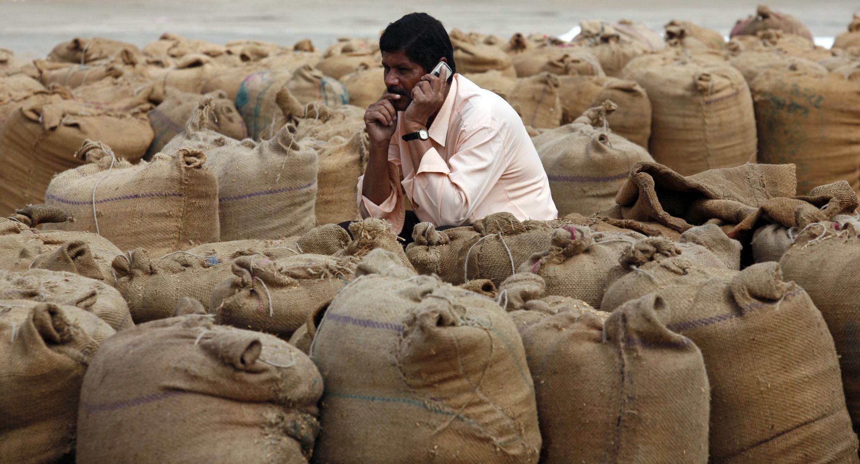 Giá bột mì và gạo tăng cao hơn 10% tại Ấn Độ. Ảnh chụp tại chợ nông sản thành phố Ahmedabad miền Tây Ấn, ngày 25/11/2010