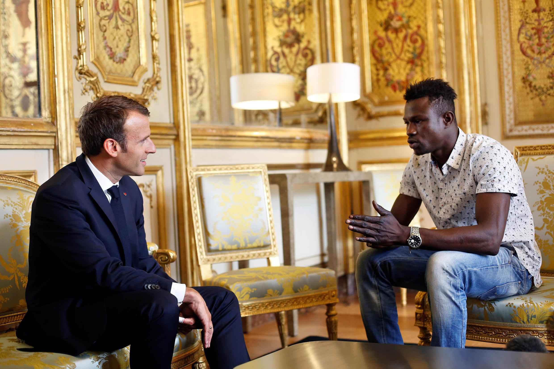 ممودو گاساما، جوان ٢٢ سالۀ اهل مالی که بصورت غیرقانونی در فرانسه بسر میبرد، روز دوشنبه در کاخ الیزه با امانوئل ماکرون دیدار کرد