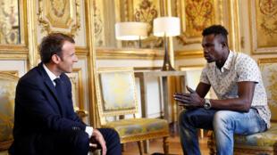 Мамуду Гасама (справа) на встрече с президентом Эмманюэлем Макроном в Елисейском дворце. 28 мая 2018 г.