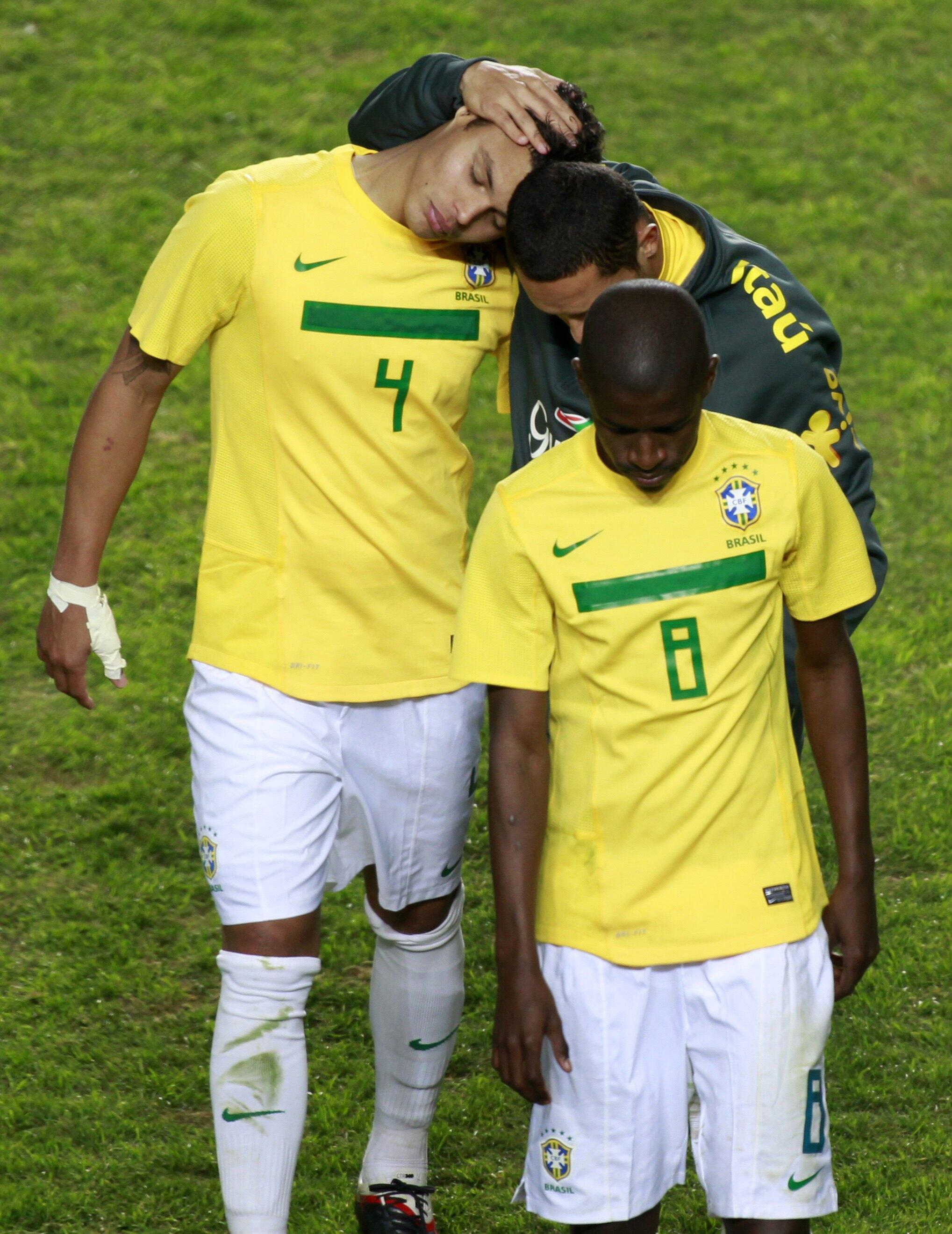 Os jogadores brasileiros saindo de campo depois da derrota contra o Paraguai neste domingo (17/07/2011).