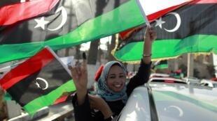 Líbia comemora votação em meio a bandeiras da revolução.