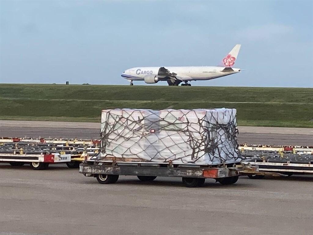 圖為華航一架波音777型貨機載運美國捐贈給台灣的250萬劑莫德納疫苗,於美東時間19日上午從田納西州的曼菲斯機場起飛,預計台北時間20日抵達台灣。