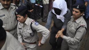 Nạn nhân người Thụy Sĩ bị cưỡng hiếp (che mặt) được cảnh sát đưa đến bệnh viện ngày 16/03/2013.
