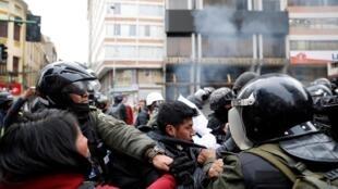 Un affrontement entre des partisans de l'ancien président bolivien, Evo Morales, et les forces de sécurité, à La Paz, en Bolivie, le 13 novembre 2019.