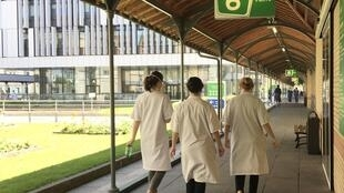 Hôpital Saint-Joseph à Paris: les équipes soignantes mobilisées sur le front du Covid-19.