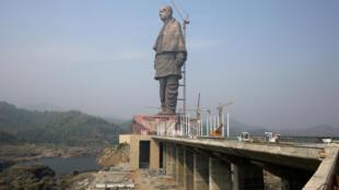 La statue de Vallabhbhai Patel, culmine à 182 mètres de haut au barrage Sardar Sarovar dans l'Etat du Gujarat (ouest) et doit être officiellement inaugurée cette semaine.