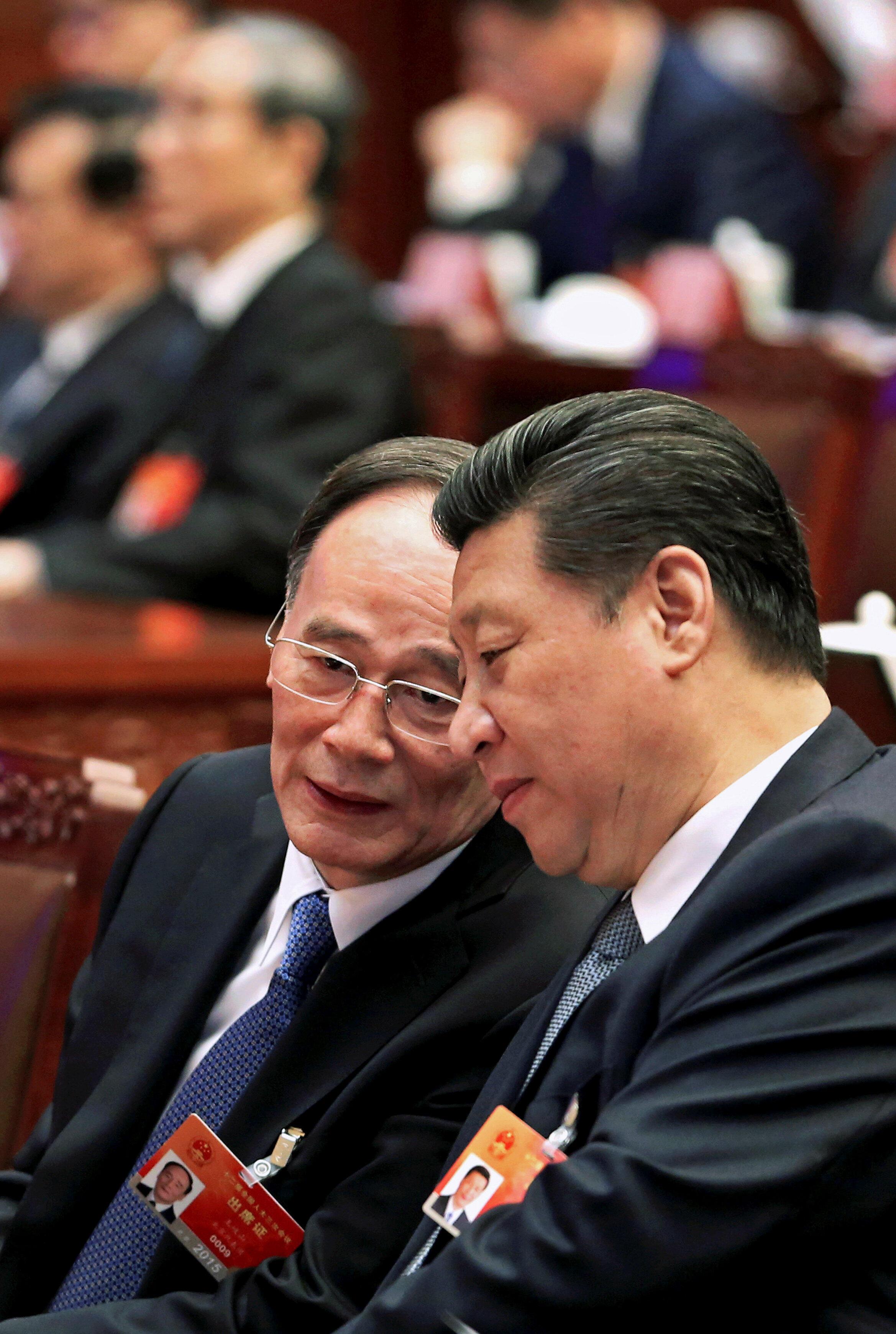 """Chủ tịch Trung Quốc Tập Cận Bình (P) và """"cánh tay chống tham nhũng"""" Vương Kỳ Sơn. Ảnh tháng 3/2015, tại Bắc Kinh."""
