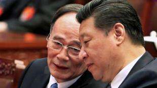 """Xi Jinping (derecha) y su """"Zar anticorrupción"""", Wang Qishan, en marzo de 2015, en Pekín."""