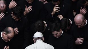 El papa Francisco reza con un grupo de sacerdotes al término de una audiencia pública restringida el 30 de septiembre de 2020 en el patio de San Dámaso del Vaticano
