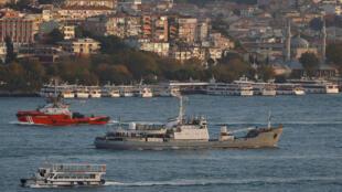 Российское разведывательное судно «Лиман» в проливе Босфор, 21 октября 2016.