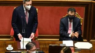 El nuevo primer ministro italiano, mario Draghi (izq) junto al ministro de Agricultura Stefano Patuanelli, en el Senado, en Roma, el 17 de febrero de 2021