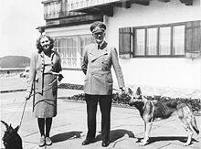 Adolf Hitler và Eva Braun tại Berghof năm 1940 (hay 1942).
