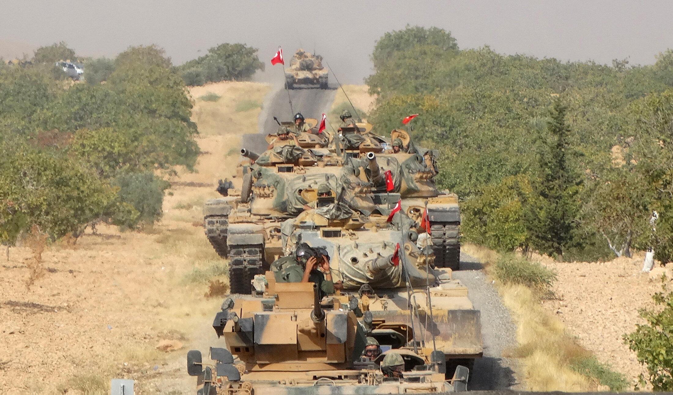 Đoàn xe tăng của quân đội Thổ Nhĩ Kỳ tiến vào thành phố biên giới với Syria Jarablus ngày 24/08/2016.