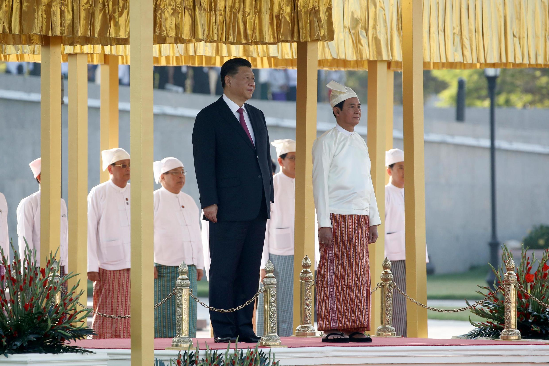 O Presidente da China, Xi Jinping e o seu homólogo de Myanmar,  Win Myint, durante a execução do hino nacional, na cerimónia das boas-vindas,decorrida no Palácio Presidencial em Naypyidaw.17 de Janeiro de 2020