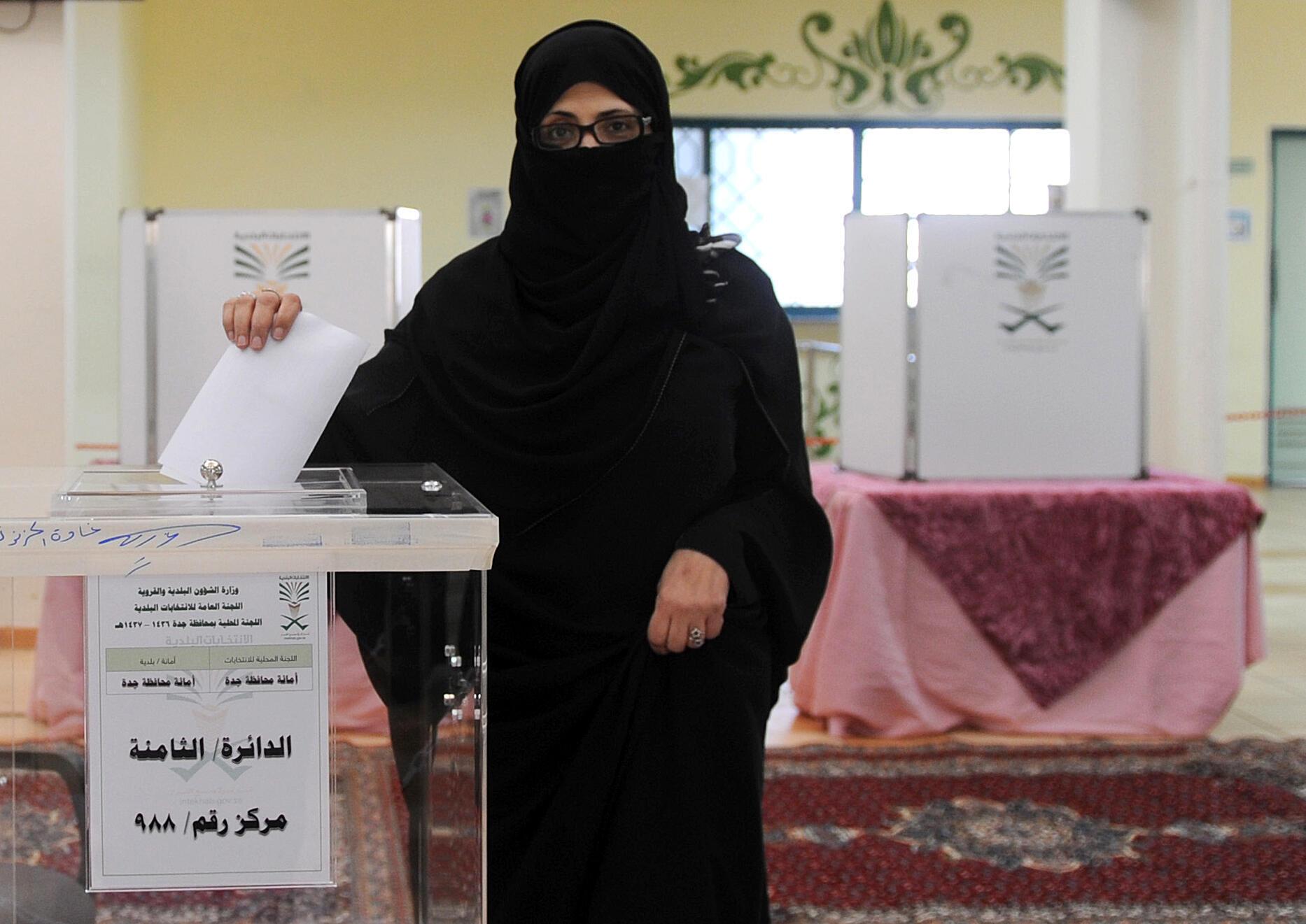 Une femme dépose son bulletin dans l'urne d'un bureau de vote de Jeddah, en Arabie saoudite. Photo datée du 12 décembre 2015.