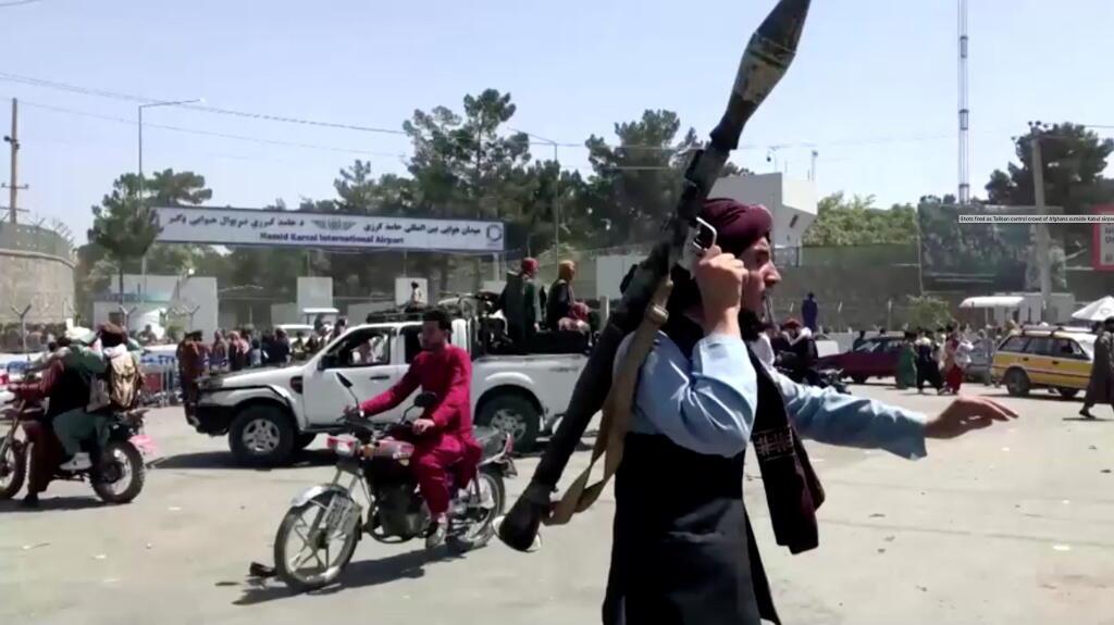 Combattant taliban à l'extérieur de l'aeroport de Kaboul