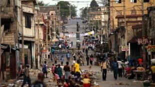 Rue de Port-au-Prince, la capitale de Haïti, où l'on distingue encore les destructions provoquées par le séisme.