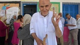 Um eleitor tunisino após ter votado na 1.ª volta da eleição presidencial desde domingo 15 de setembro na Tunísia
